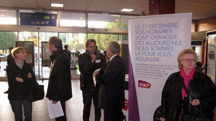 Des agents SNCF informent des voyageurs sur les nouveaux horaires en vigueur à compter du 11 décembre, à la gare de Compiègne (Oise), le 14 octobre 2011. (MEDHI PFEIFFER / LE PARISIEN / MAXPPP)