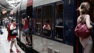 Une rame du RER B, le 13 juin 2014 à Paris. Cetteligne dessert le site où aura lieula COP21, au Bourget (Seine-Saint-Denis). (MAXPPP)