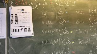 Dispensés à partir du CE1 depuis 1977, les enseignements de langue et de culture d'origine (Elco)visaient à faciliter l'apprentissage d'une seconde langue à partir de la maîtrise de la langue maternelle (photo d'illustration, des cours d'arabe dispensés dans une classe de primaireen Lorraine). (PHILIPPE RIEDINGER / MAXPPP)