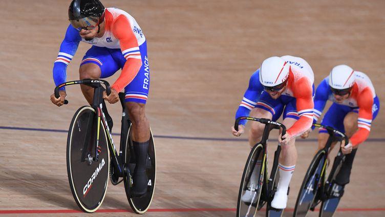 Les Français ont remporté la médaille de bronze en vitesse par équipes contre l'Australie, mardi 3 août 2021. (GREG BAKER / AFP)
