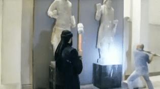 Des jihadistes détruisent des antiquités au musée de Mossoul (Irak).Ces images de propagande ont été relayées sur des comptes affiliés à l'Etat islamique. (UER / FRANCETV INFO)