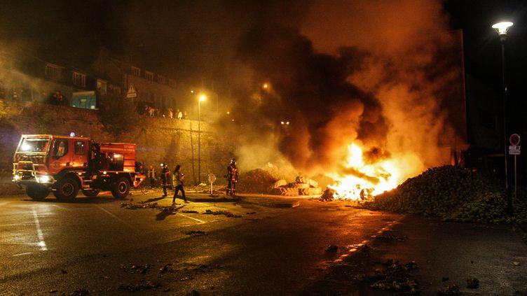 Des pompiers luttant contre les flammes lors de l'incendie du centre des impôts de Morlaix (Finistère), le 20 septembre 2014. (ARZHEL FLEOUTER / CITIZENSIDE.COM / AFP)