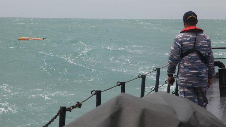 Un militaire indonésien scrute la mer à la recherche de débris de l'avion d'AirAsia, le 3 janvier 2015, dans le détroit de Karimata. (STR / AFP)
