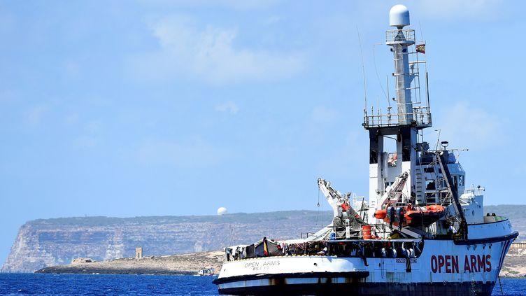 """Le navire humanitaire """"Open Arms"""" au large de Lampedusa (Italie), le 16 août 2019. (GUGLIELMO MANGIAPANE / REUTERS)"""