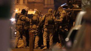Des membres des forces spéciales belges, mobilisés dans le cadre de l'opération antiterroriste menée mardi 15 mars 2016 à Bruxelles (Belgique). (MAXPPP)