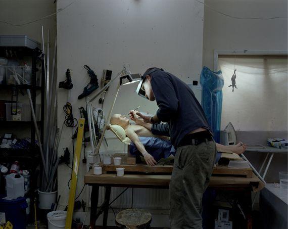 Ron Mueck dans son atelier, en octobre 2009. (RON MUECK PHOTO / GAUTIER DEBLONDE)