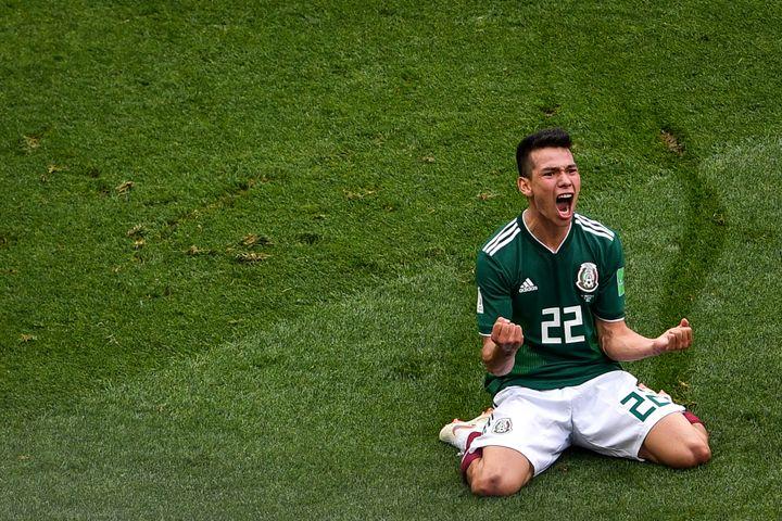 Le Mexicain Hirving Lozano célèbre son but contre l'Allemagne, dimanche 17 juin. (ZHONG ZHENBIN / IMAGINECHINA / AFP)