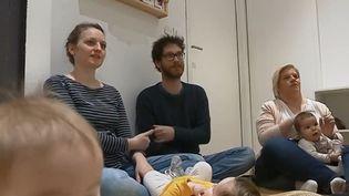 Apprendre la langue des signes aux bébés est une pratique qui se développe de plus en plus. Cela permet aux enfantsd'exprimer leurs besoins et émotions. (FRANCE 3)