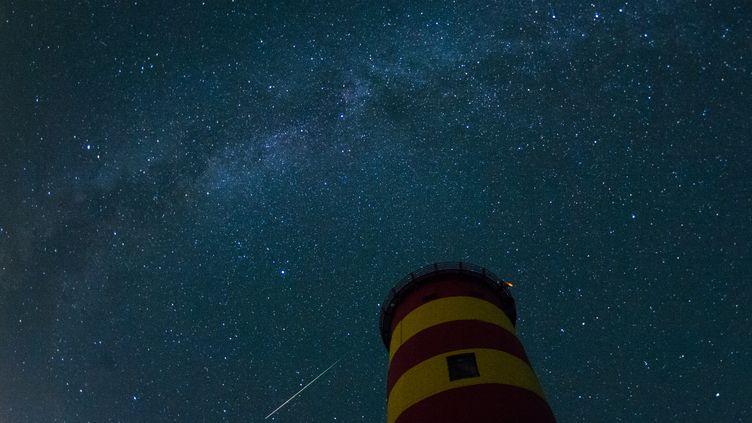 Une étoile filante dans le ciel de Pislum, dans le nord-ouest de l'Allemagne, le 13 août 2015. (MATTHIAS BALK / DPA /AFP)