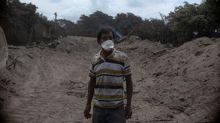 Un homme dans les ruines du village deSan Miguel Los Lotes au Guatemala, le 5 juin 2018. (FABRICIO ALONZO / ANADOLU AGENCY / AFP)