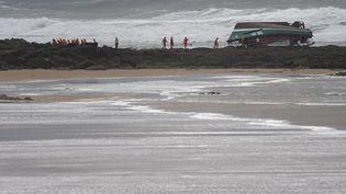 Le bateau de la SNSM échoué sur la plage des Sables-d'Olonne (Vendée), le 7 juin 2019. (SEBASTIEN SALOM-GOMIS / AFP)