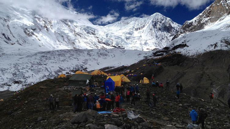 Les sauveteurs partent à le recherche de survivants, aprèsl'avalanche qui a frappé au camp de base du mont Manaslu,le 23 septembre. (HO / AFP)
