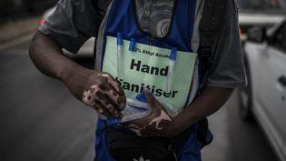 Tshepo Mabasa, 33 ans, déambule parmi les voitures pour vendre des gels hydroalcooliques pour 20 rands (1,10 euro) à Johannesburg, en Afrique du Sud, le 11 mars 2020. (GUILLEM SARTORIO / AFP)