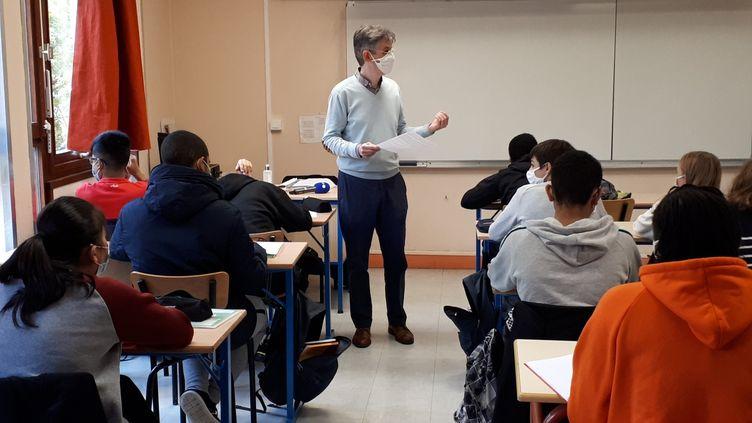 L'enseignant d'histoire-géographie Paul Airiau évoque la liberté d'expression et la laïcité lors de son cours, le 2 novembre 2020 au collège de la Grange aux Belles, à Paris. (VALENTINE PASQUESOONE / FRANCEINFO)