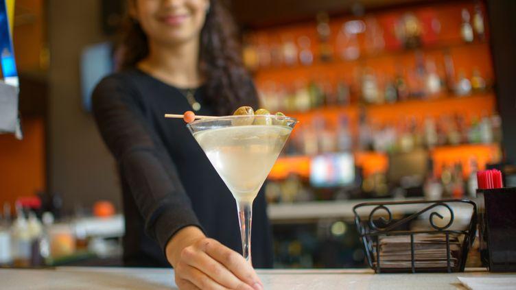 Un avocat a accusé un établissement parisien, le 5 juillet 2015, d'avoir refusé de servir de la nourriture et de l'alcool à des clients en raison du ramadan (photo d'illustration). (SUE BARR / IMAGE SOURCE / AFP)