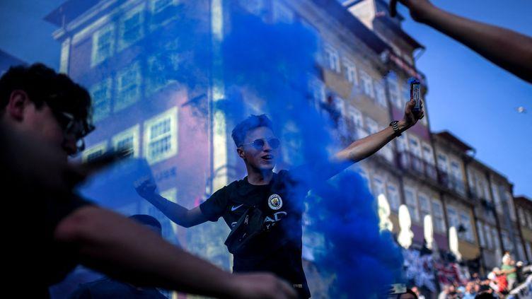 Des supporters de Manchester City, le 28 mai 2021 à Porto au Portgual. (PATRICIA DE MELO MOREIRA / AFP)