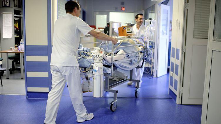 Des infirmiers transportent un patient à l'hôpital d'Angers le 24 octobre 2013. (JEAN-SEBASTIEN EVRARD / AFP)