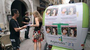 Des amis d'Allison Benitez, disparue avec sa mère mi-juillet, tractent dans les rues de Perpignan (Pyrénées-Orientales) pour alerter les passants, le 7 août 2013. (RAYMOND ROIG / AFP)