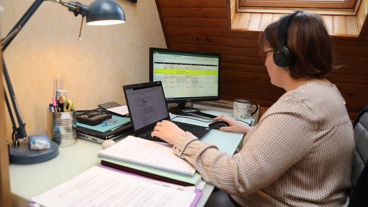 Une salarié en télétravail en raison de la pandémie de Covid-19, le 28 janvier 2021 à Mulhouse (Haut-Rhin) (VINCENT VOEGTLIN / MAXPPP)