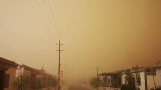 Chine : une impressionnante tempête de sable frappe le nord du pays (France 2)