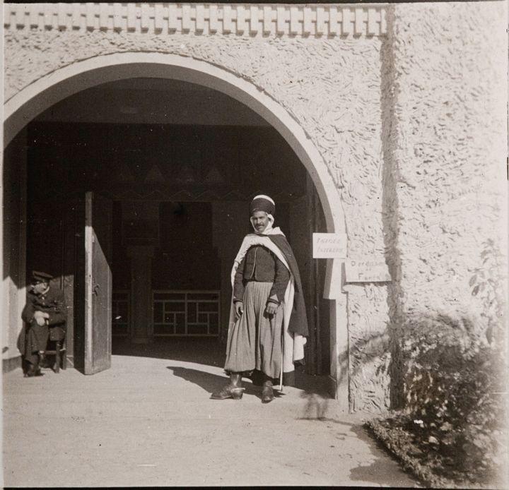 Exposition coloniale de 1931 : spahi d'Algérie en faction. (Armance/Leemage / AFP)