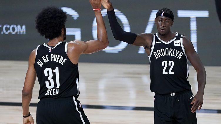Jarrett Allen (à g.) et Caris LeVert (à d.) des Brooklyn Nets après un match contre les Kings de Sacramento, le 7 août 2020. (POOL / GETTY IMAGES NORTH AMERICA)