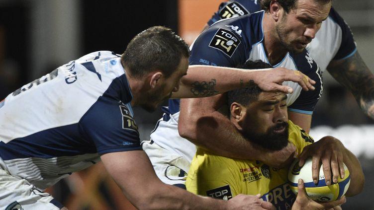 Le Clermontois Fritz Lee pris par la défense de Montpellier, Picamoles et Du Plessis (THIERRY ZOCCOLAN / AFP)