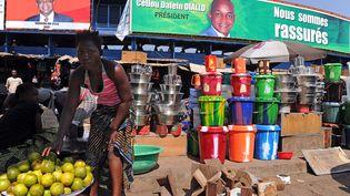 Un marché de Conakry, en Guinée, le 2 décembre 2010. Ce pays, durement touché par le virus Ebola, voit les prix des denrées alimentaires flamber. (PASCAL GUYOT / AFP)