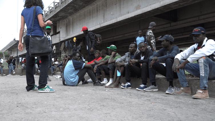Près de Vintimille, des migrants se sont arrêtés sous un autopont. (FARIDA NOUAR / RADIOFRANCE)