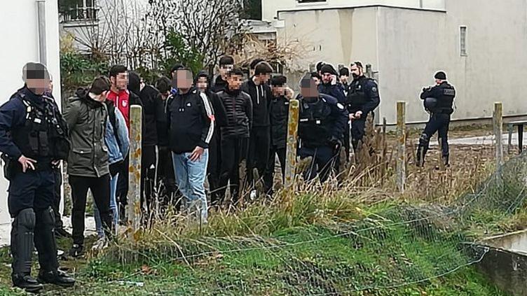 La police interpelle des élèves près du lycée Saint-Exupéry à Mantes-la-Jolie (Yvelines), le 6 décembre 2018. (CELINE AGNIEL / AFP)