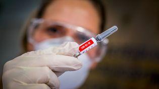 """L'institut Pasteur de Lille a identifié une molécule qui se montre très efficace dans la lutte contre le Covid-19. Ce n'est pas la première fois qu'une """"molécule miracle"""" est annoncée. Pouvons-nous y croire ? Le docteur et journaliste Damien Mascret est sur le plateau de France 2 pour éclaircir ce point.  (SILVIO AVILA / AFP)"""
