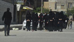 Des femmes marchent à Raqqa (Syrie),bastion des jihadistes de l'Etat islamique,le 31 mars 2014. (REUTERS  )