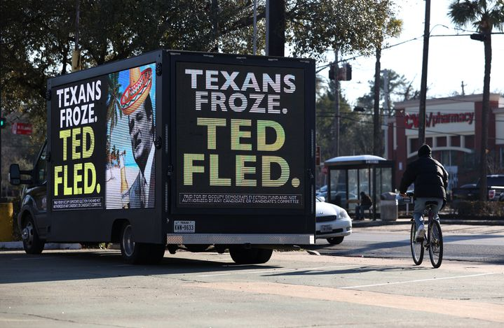 "Un camion dans les rues de Houston (Texas), portant l'inscription ""Les Texans ont gelé, Ted s'est enfuit"", le 19 février 2021. (JUSTIN SULLIVAN / GETTY IMAGES NORTH AMERICA)"