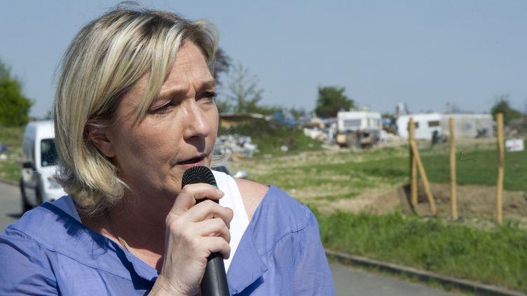 Marine Le Pen en conférence de presse devant un camp de Roms, à Wissous dans l'Essonne, le 25 avril 2013. ( SIPA)