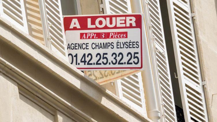 Un panneau pour annoncer une location à Paris. (BRUNO LEVESQUE / MAXPPP)
