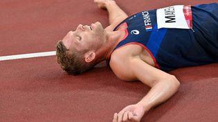 Kevin Mayer était cinquième du décathlon tokyoïte après la première journée d'épreuves, mercredi 4 août. Diminué par un lumbago, le recordman du monde s'est arraché, battant notamment son record personnel au javelot, pour obtenir l'argent, sa deuxième médaille après Rio. (ANDREJ ISAKOVIC / AFP)