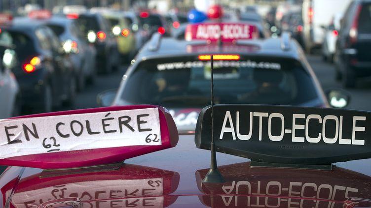 Des auto-écoles lors d'une manifestation sur le périphérique de Paris, le 6 février 2015. (JOEL SAGET / AFP)