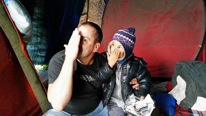 """Rob Lawrie et Bahar Ahmadi, le 22 octobre 2015, dans une tente de la """"jungle"""" de Calais. (ROB LAWRIE)"""