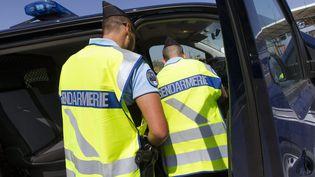 Des gendarmes procèdent à un contrôle autoroutier sur l'A709 près de Montpellier (Hérault), le 25 avril 2018. (MAXPPP)