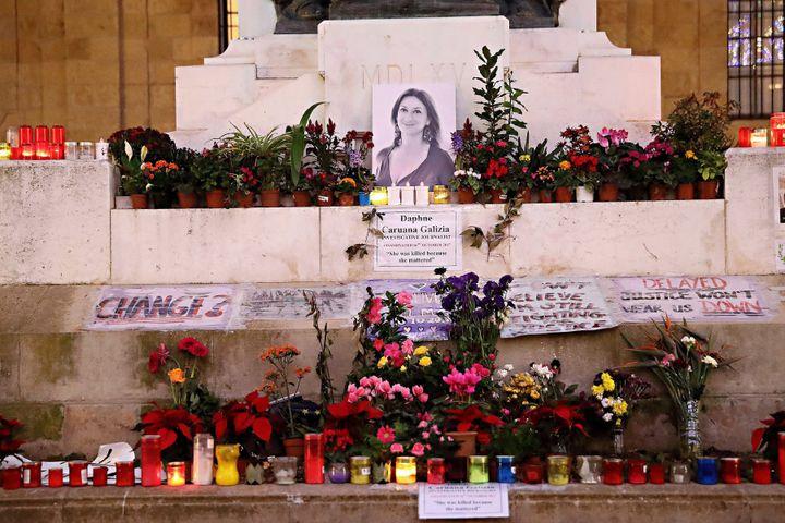 Le mémorial installé par les défenseurs de la mémoire de la journalisteDaphne Caruana Galizia juste en face du palais de justice de La Valette (Malte), en octobre 2017. (DOMENIC AQUILINA / MAXPPP)