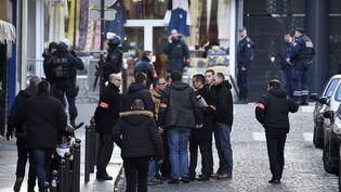 Des policiers près de la Goutte d'Or, dans le nord de Paris, le 7 janvier 2016, près du commissariat où un homme a été abattu par balles. (LIONEL BONAVENTURE / AFP)