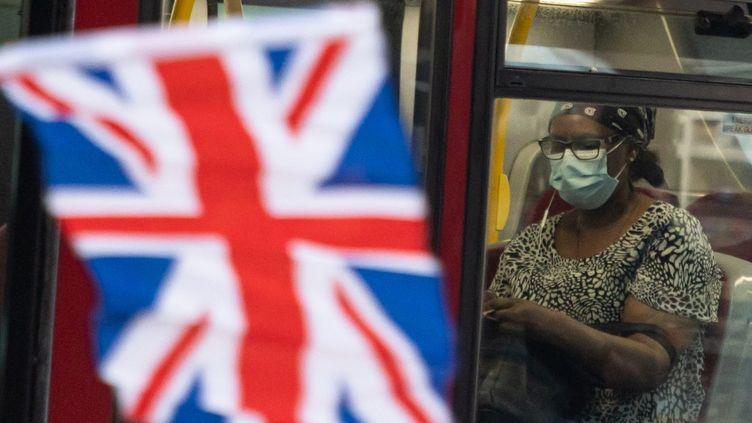 Une passagère dans un transport public de Londres (Royaume-Uni), le 19 juillet 2021. (MI NEWS / NURPHOTO / AFP)