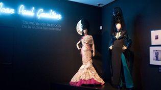 Jean Paul Gaultier lance son prêt-à-porter en 1976 et sa haute couture en 1997. Immédiatement, ses designs avant-gardistes fissurent les codes sociaux et esthétiques établis.  (Jesús Antón/Fundación MAPFRE )