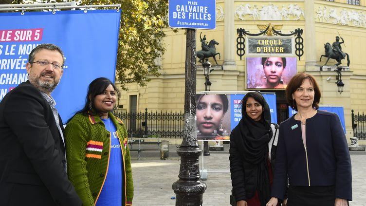 Le directeur général de l'ONG Plan International France,Yvan Savy, etRadha Rani Sarker, qui a été mariée à l'âge de 14 ans auBangladesh, le 11 ocotbre 2016. (BERTRAND GUAY / AFP)