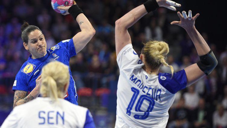 Alexandra Lacrabère et les Bleues espèrent une deuxième victoire face au Monténégro (JEAN-CHRISTOPHE VERHAEGEN / AFP)