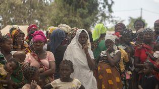 Des femmes déplacées ayant fui les attaques d'insurgés armés dans différentes zones de la province de Cabo Delgado, au nord du Mozambique, le 11 décembre 2020. (ALFREDO ZUNIGA / AFP)