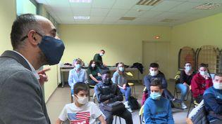 Le réalisateur Farid Afiri dansune classe de 4ème dans l'Oise. (France 3 Picardie)