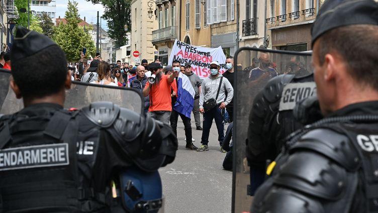 Des habitants du quartier des Gresilles (Dijon) se sont rassemblés samedi 20 juin pour réclamer la démission du préfetBernard Schmeltz.Ils pointent notamment du doigt l'action tardive des services de police lors des violences dans le quartier le week-end dernier. (PHILIPPE DESMAZES / AFP)