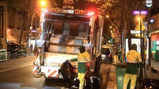 Des éboueurs ramassent les poubelles durant la nuit, le 28 octobre 2015, à Paris. (MAXPPP)