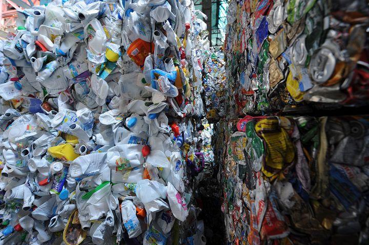Des bouteilles en plastique et des cannettesdansun écopôle spécialisé dans la valorisation des déchets, au Mans (Sarthe), le 12 avril 2013. (JEAN-FRANCOIS MONIER / AFP)